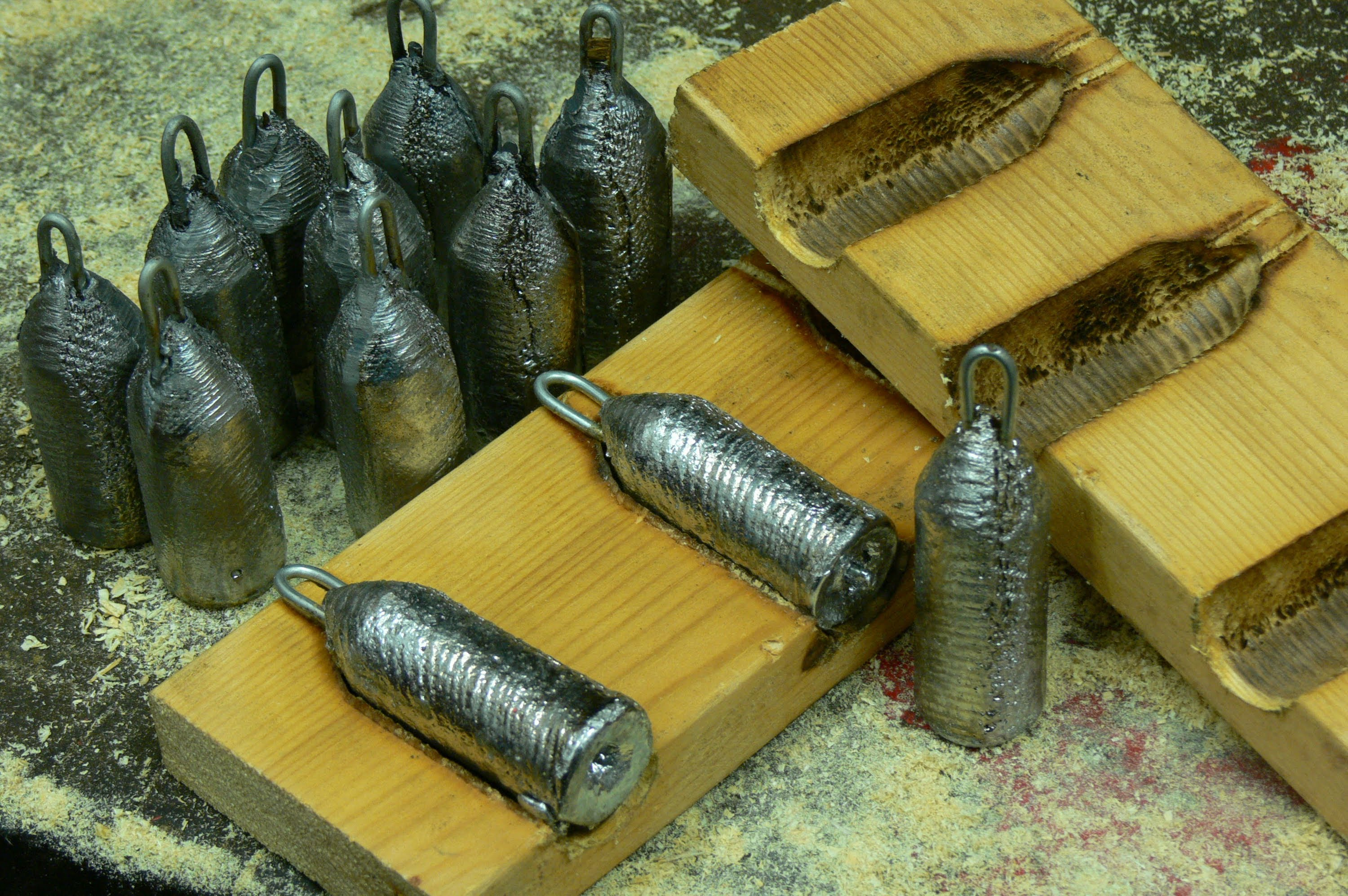Making lead fishing weights in wooden moulds - Pro Fishing Videos